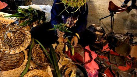 รีวิว แนะนำการเดินเที่ยว ถนนคนเดิน วันอาทิตย์ ท่าแพ เชียงใหม่ (Chiangmai Walking Street) ดอกไม้ใบเตย หมวกสานใบเตย